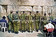 Kotel Soldier Praying 001