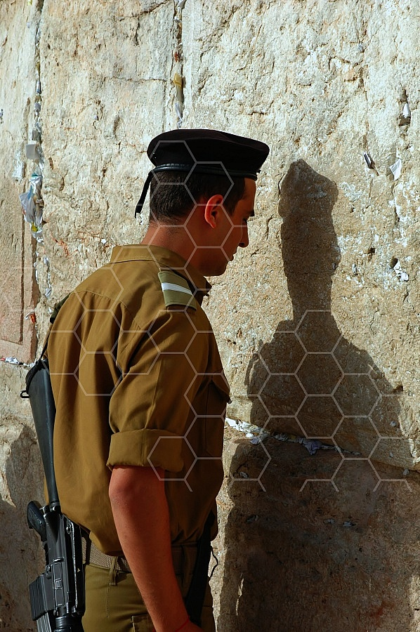 Kotel Soldier Praying 0018