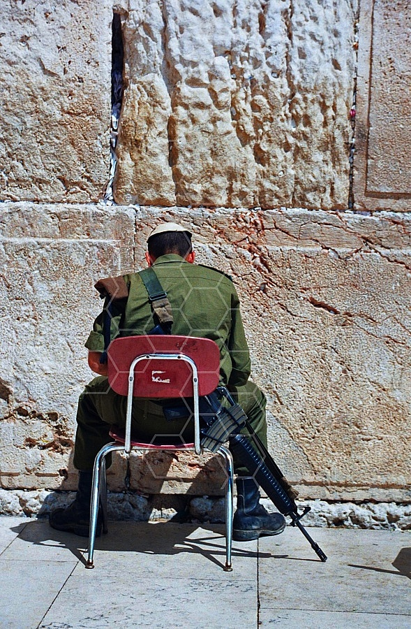 Kotel Soldier Praying 0010a
