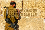 Kotel Soldier Praying 013