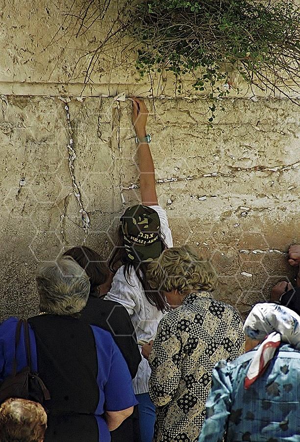 Kotel Women Praying 040