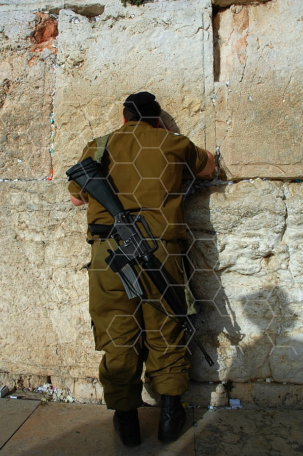 Kotel Soldier Praying 0013
