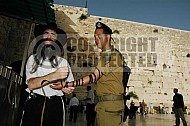 Kotel Soldier Praying 009