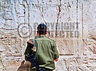 Kotel Soldier Praying 033