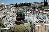 Kotel Soldier Praying 020