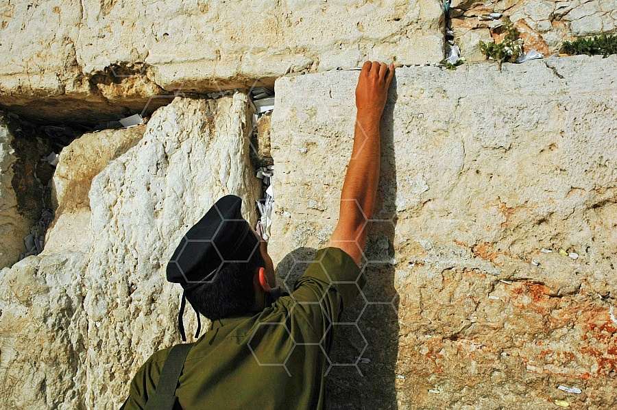Kotel Soldier Praying 0009