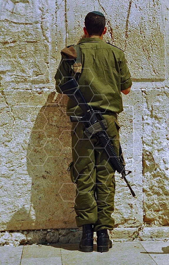 Kotel Soldier Praying 0017
