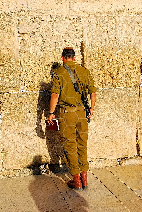 Kotel Soldier Praying 035