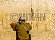 Kotel Soldier Praying 039