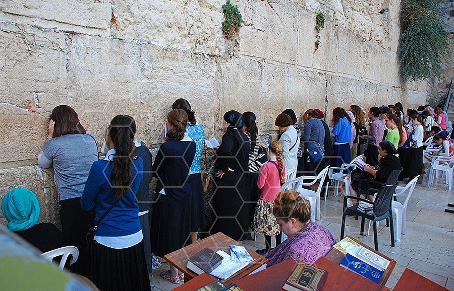 Kotel Women Praying 017