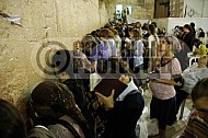 Kotel Women Praying 050