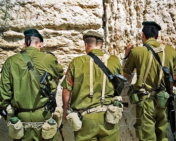 Kotel Soldier Praying 0010