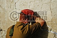 Kotel Soldier Praying 0003