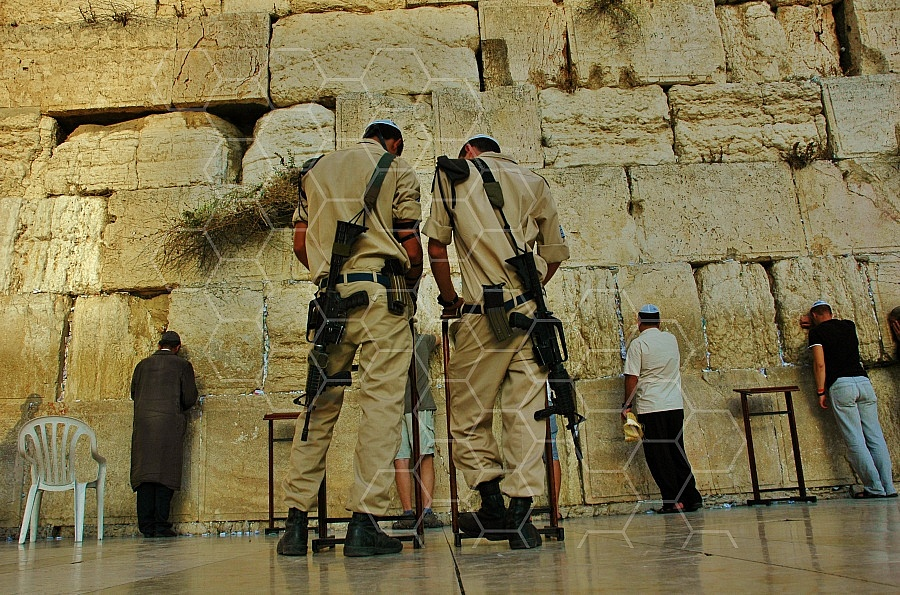 Kotel Soldier Praying 0002