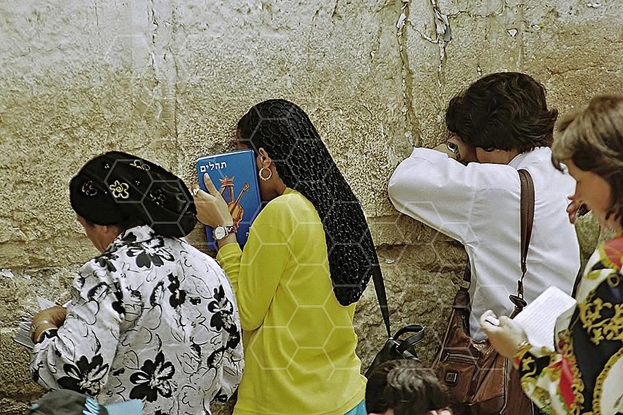 Kotel Women Praying 037