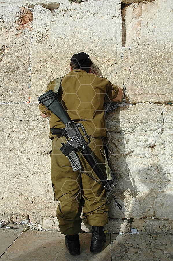 Kotel Soldier Praying 026