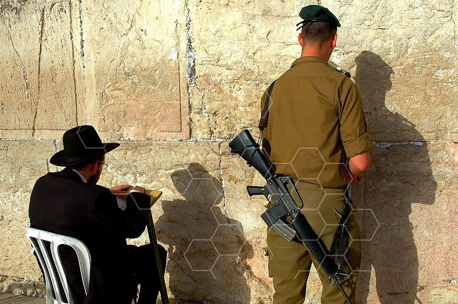 Kotel Soldier Praying 0004