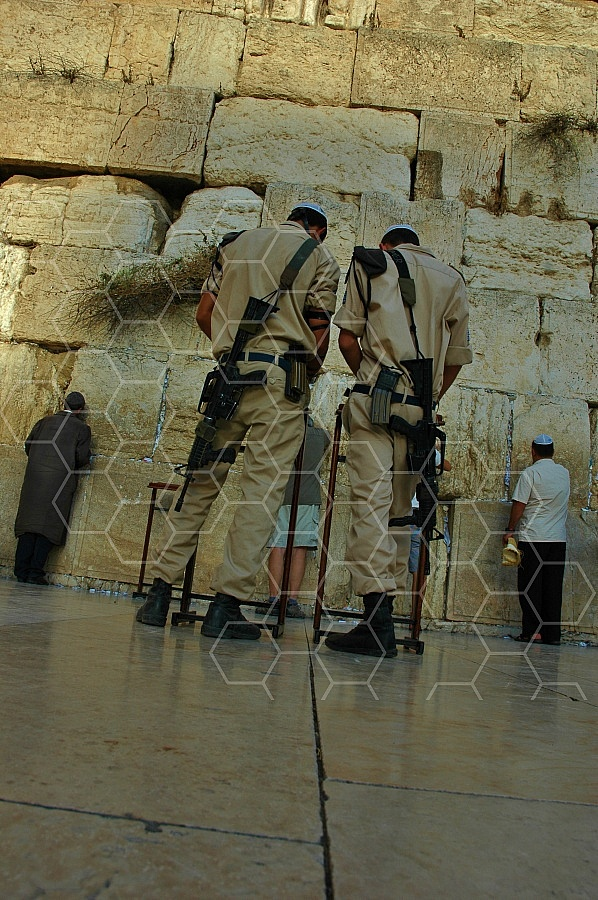 Kotel Soldier Praying 0012