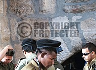 Kotel Soldier Praying 036