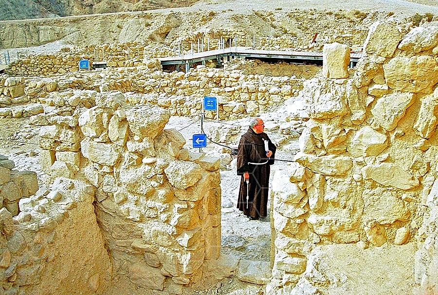 Qumran Rooms 015