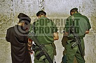 Kotel Soldier Praying 0006