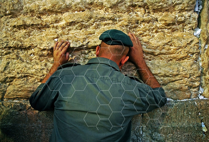 Kotel Soldier Praying 0005