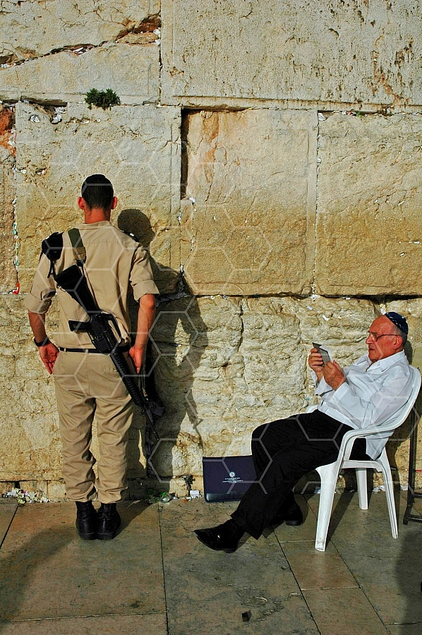 Kotel Soldier Praying 0016