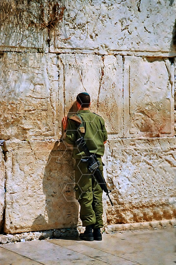 Kotel Soldier Praying 0004a