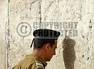 Kotel Soldier Praying 032