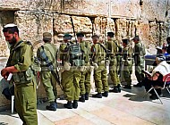 Kotel Soldier Praying 0001