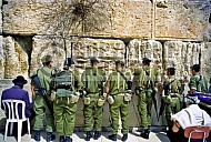 Kotel Soldier Praying 0011