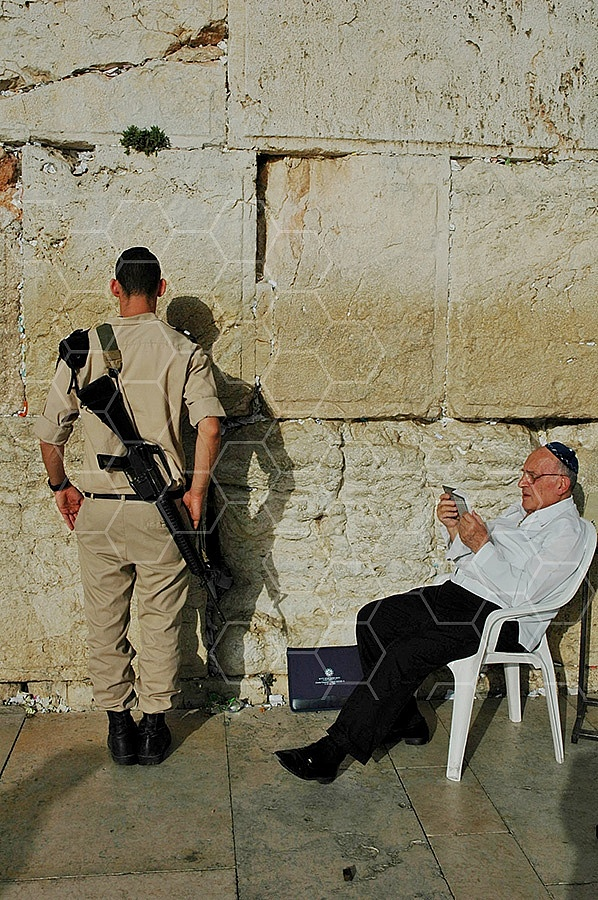 Kotel Soldier Praying 027