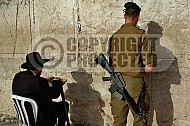 Kotel Soldier Praying 006